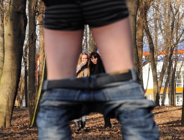 """У Тернополі збоченець """"забавляється"""" в парку: чоловік лякає жінок (ФОТО)"""