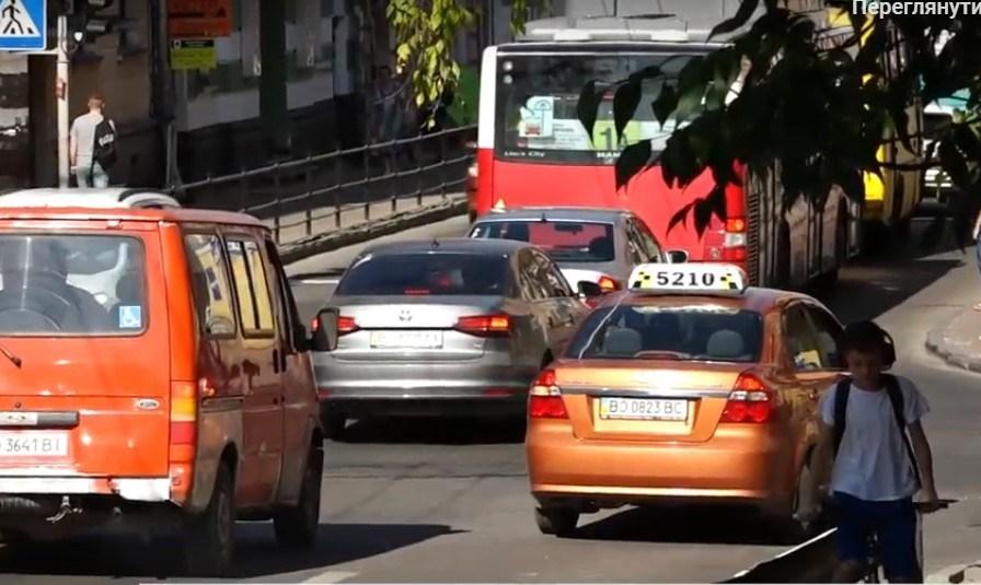 """""""Бо порушують правила"""": чи не щоранку в центрі Тернополя затори (ВІДЕО)"""