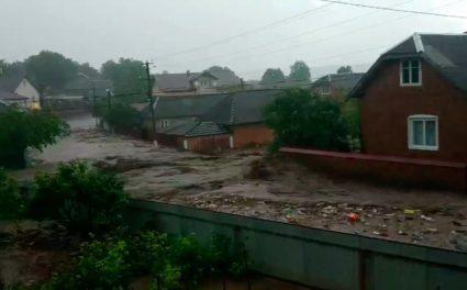 Сильні зливи наробили на Тернопільщині багато біди: з берегів вийшла річка, затопило вулиці (ВІДЕО)