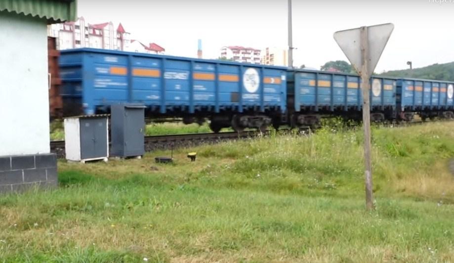Життя між двох колій: на Тернопільщині є незвичайний будинок, повз який 35 разів на день проїжджають поїзди (ВІДЕО)