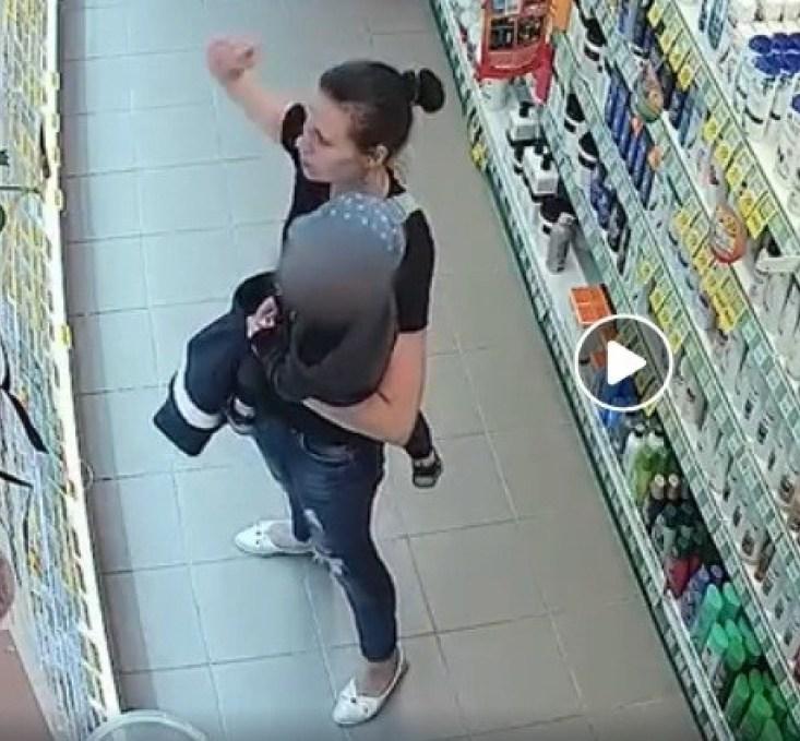 У Тернополі розшукують жінку, яка з дитиною на руках викрала парфуми (ВІДЕО)