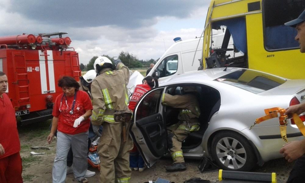 На Тернопільщині зіткнулися автобус та легківка: загинула жінка, чоловік та дитина у лікарні (ФОТО)