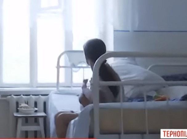 """""""Ногою в обличчя"""": сусідки розповіли, як поводилась п'яна матір, коли вони намагалися врятувати дитину (ВІДЕО)"""