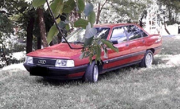 У Тернополі агресивний водій припаркував авто на дитмайданчику (ФОТО)