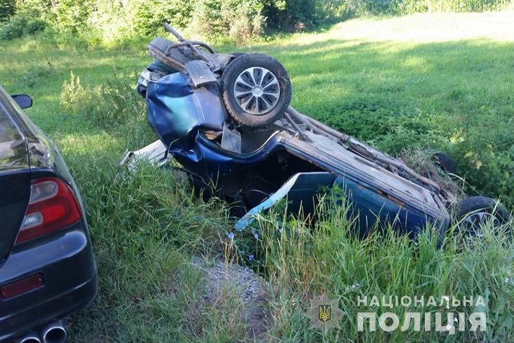 ДТП на Тернопільщині: авто перекинулося, у салоні були водій та жінки, одна з них вагітна (ФОТО)