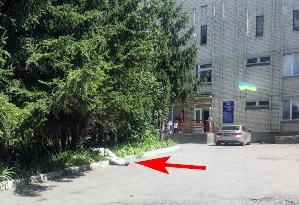 """""""Лежав прямо біля лікарні"""": на Тернопільщині помітили чоловіка без ознак життя (ФОТО)"""