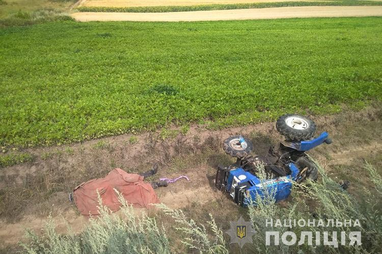 На Тернопільщині перекинувся трактор: загинув водій (ФОТО)