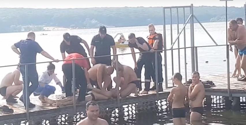 Нещастя у Тернополі: показали відео, як рятували чоловіка, який потонув у ставі (ВІДЕО)