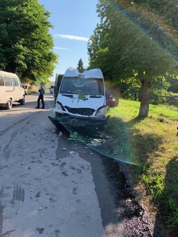 ДТП на Тернопільщині: водій заснув за кермом і збив електроопору (ФОТО)