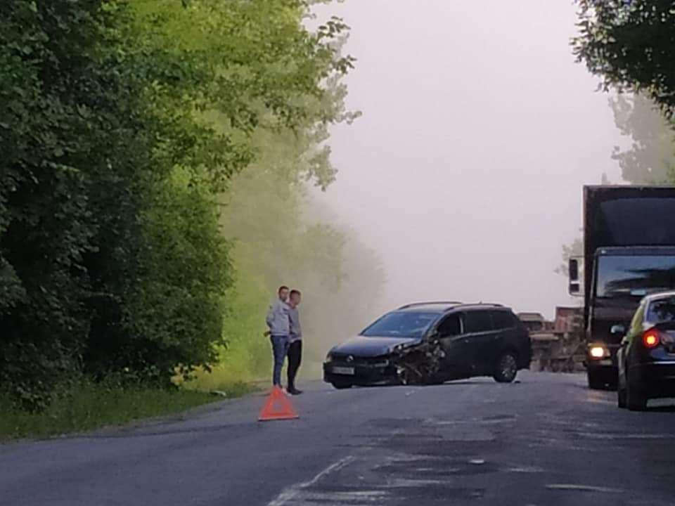 На Тернопільщині зіткнулися вантажівка і легківка Volkswagen: одне авто перекинулося (ФОТО)