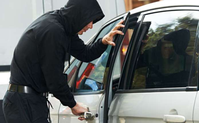 У Тернополі в 5-ій ранку жінка побачила, як невідомі викрадають її авто