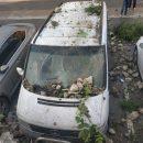 Нічна аварія за участі поліцейських: авто в'їхало у паркан, який посипався і побив декілька машин (ФОТО)