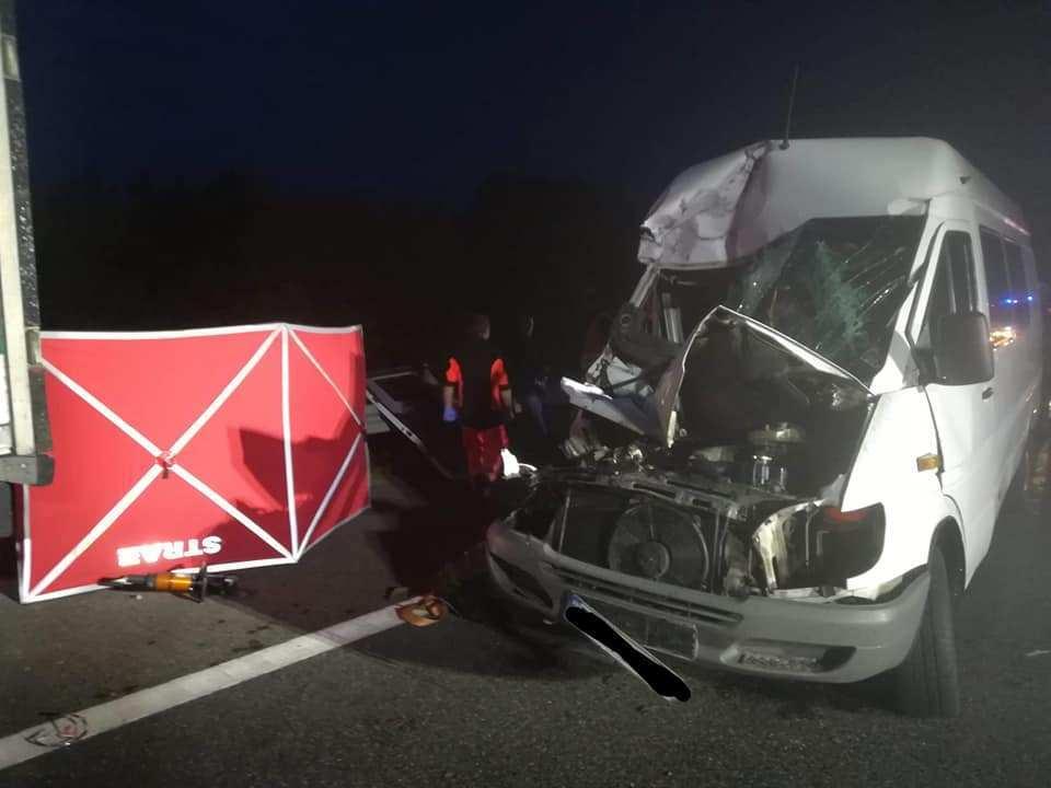 Жахлива аварія у Польщі: мікроавтобус з українцями на швидкості влетів у вантажівку, загинула дівчина (ФОТО)