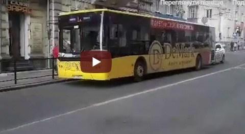 У Тернополі автобус збив дівчину, яка переходила дорогу на червоний сигнал світлофора (ВІДЕО)