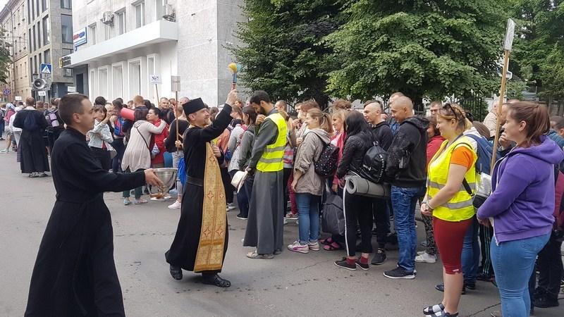 З Тернополя до Зарваниці вирушили піші паломники