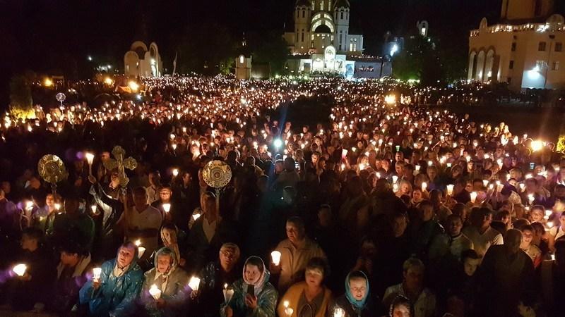 У Зарваниці відбулася багатотисячна хода зі свічками (ФОТО, ВІДЕО)