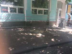 У центрі Тернополя юнак впав з балкону разом з перилами (ФОТО)