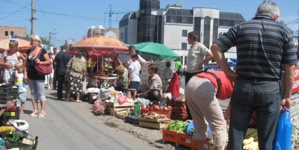 """У Тернополі на ринку ходить шахрай і """"тероризує"""" продавців"""