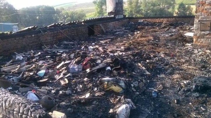 Втратили сина, а тепер залишились і без даху над головою: згоріла хата батьків загиблого АТОвця