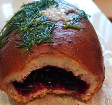 Тернополянин купив у магазині солоний пиріжок з кропом, часником і варенням (ФОТО)