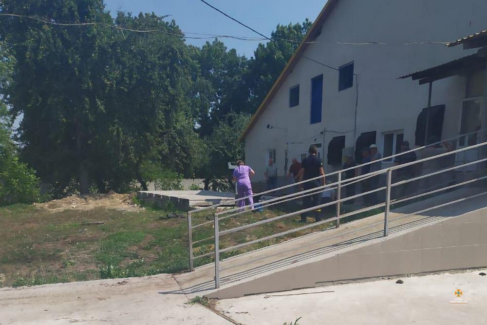 Нещасний випадок на Тернопільщині: у вигрібній ямі засипало трьох людей (ФОТО)