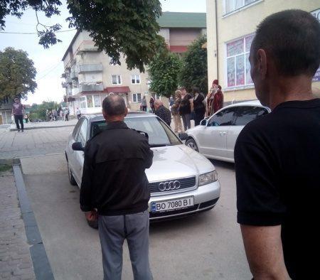 На Тернопільщині водій так припаркувався, що не могла проїхати автівка з покійником (Фото)
