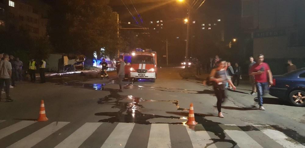 У Тернополі зіткнулися бус і автомобіль. Легківка перекинулася (ФОТО)