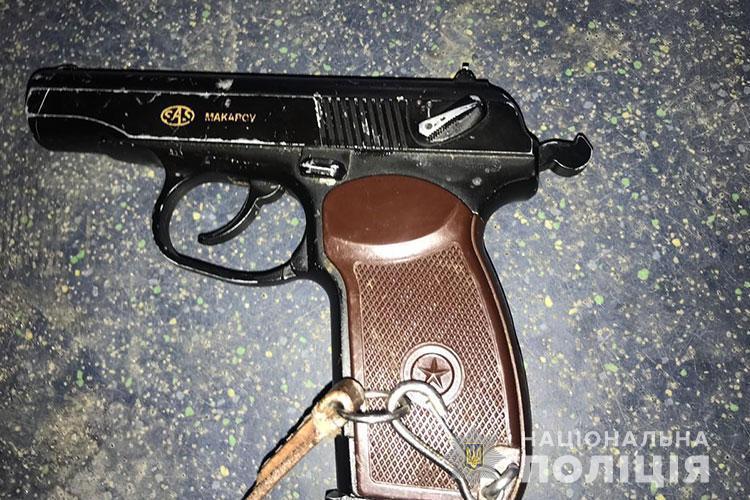 У Тернополі в тролейбусі було небезпечно: чоловік погрожував пістолетом пасажирам (ФОТО)