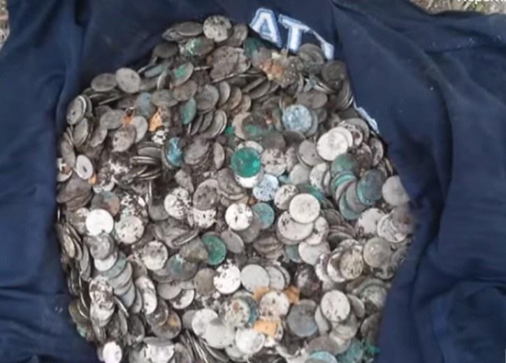 Стало відомо, чиї гроші знайшли у Збаражі на подвір'ї монастиря (ВІДЕО)
