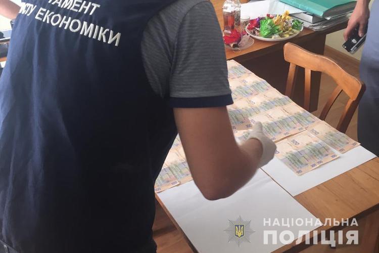 """Чиновника з Тернопільщини затримали під час отримання корупційної """"винагороди"""""""
