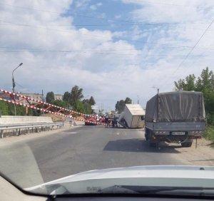 На Гаївському мості знову затори. Вантажівка знесла обмежувач руху