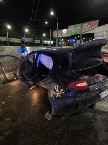 У Тернополі п'яний водій влетів у Збаразьке кільце (ФОТО, ВІДЕО)
