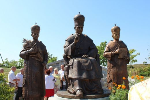 На Прикарпатті встановили пам'ятник підпільному єпископу УГКЦ з Тернопільщини (ФОТО)