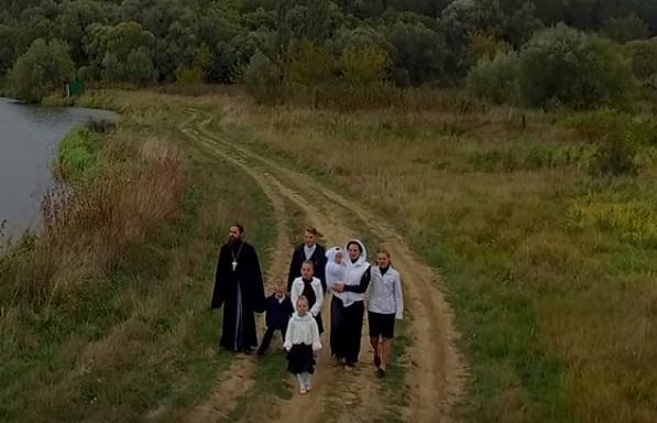 Душевна пісня від багатодітної родини священника з Тернопільщини підкорює мережу (ВІДЕО)