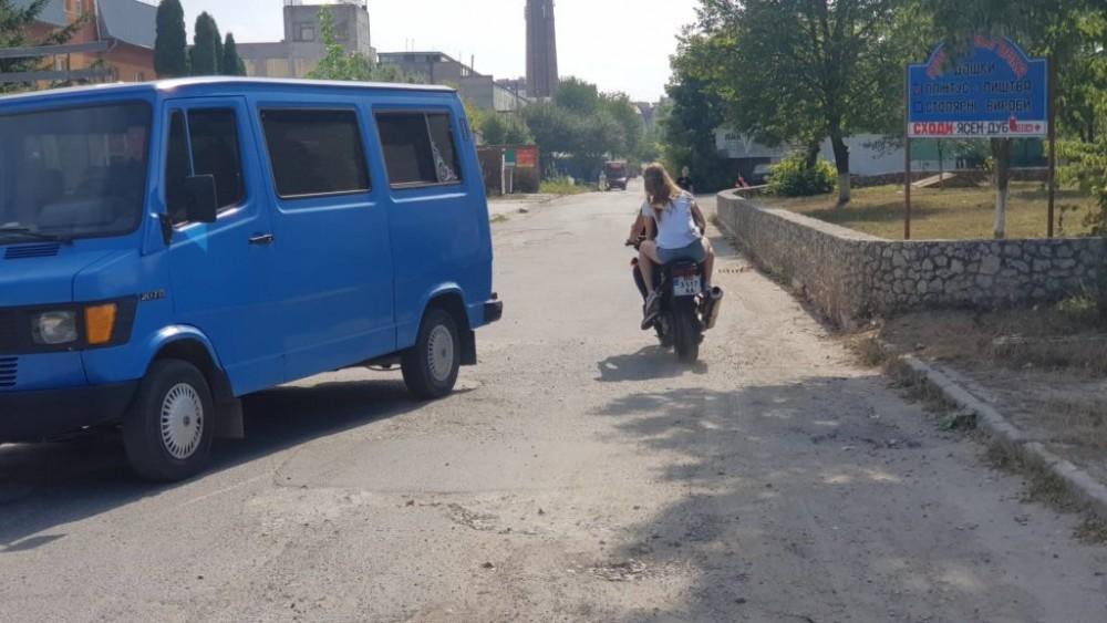 """На Тернопільщині розшукують мотоцикліста, який врізався в """"Ауді"""" і втік (ВІДЕО)"""