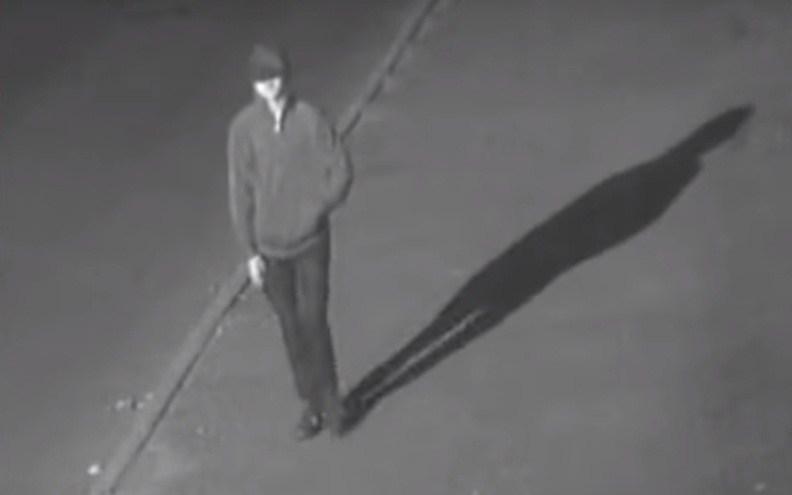 Камери зафіксували невідомого, який міг підкинути вибухівку у помешкання ректора ТНЕУ (ВІДЕО)