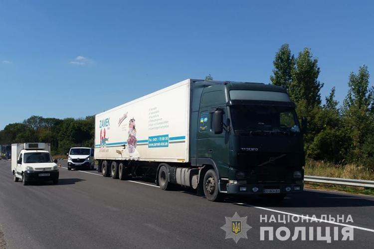 Авто розтрощене, люди травмовані: у Тернополі зіткнулися бус та вантажівка (ФОТО)