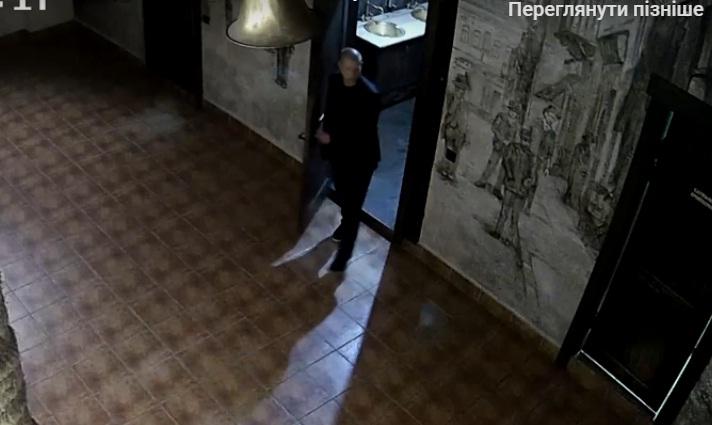 У Тернополі відвідувач розтрощив туалет у відомому пабі. Його розшукує поліція (відео)