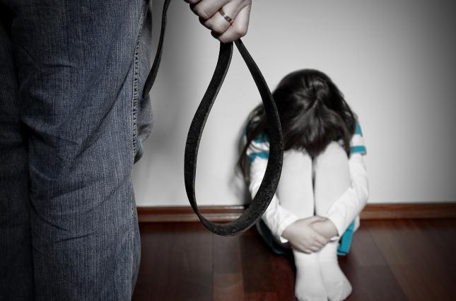 На Тернопільщині дівчинка, яку мама била та ставила в кут, після притулку захотіла повернутися додому