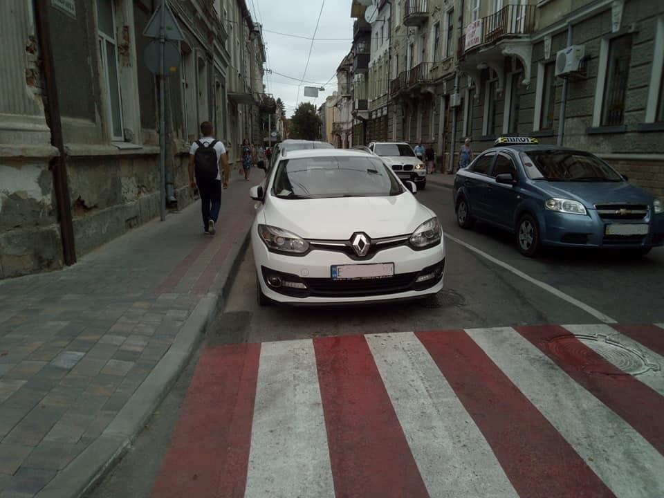 Шановні водії, не паркуйтесь так: у Тернополі чоловік провчив порушника (ФОТО)