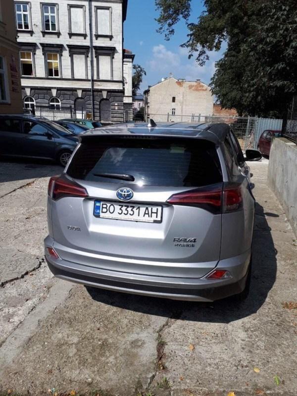 """У Тернополі вночі викрали автомобіль """"Toyota Rav 4 hybrid"""" у батька депутата (ФОТО)"""