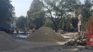 У Тернополі дно фонтану мостять гранітною плиткою