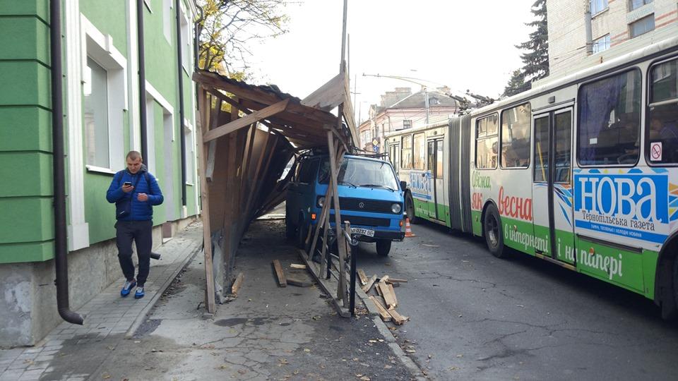 У Тернополі на Бандери автівка знесла металеву огорожу (ФОТО)