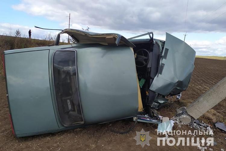 На Тернопільщині автомобіль в'їхав у електроопору: водій у важкому стані (ФОТО)