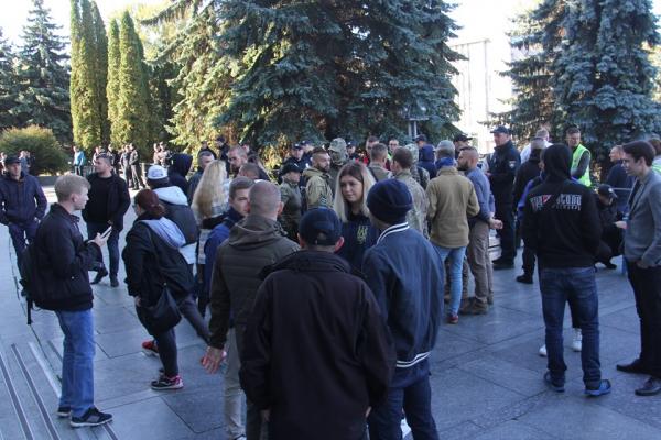 У Тернополі біля ОДА людно: активісти протестують проти угоди у Мінську (ФОТО)