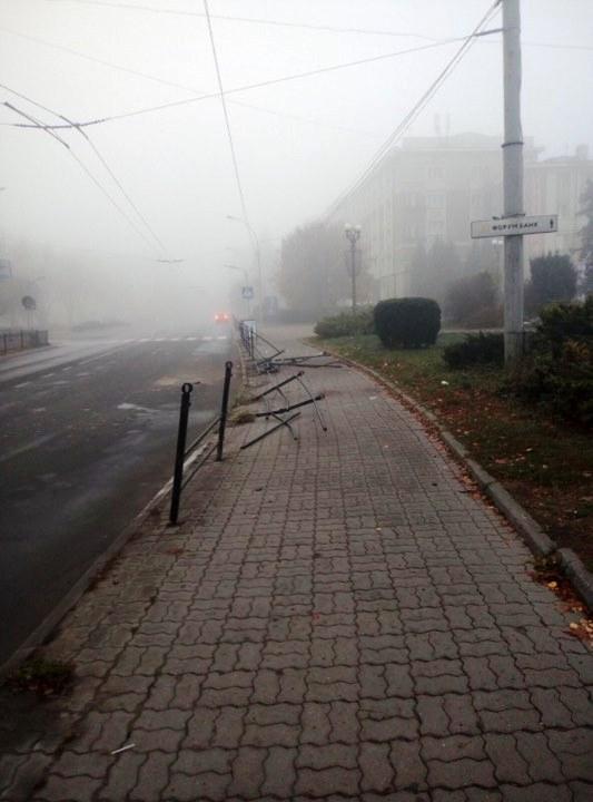 У центрі Тернополя водій автомобіля зніс паркан (ФОТО)