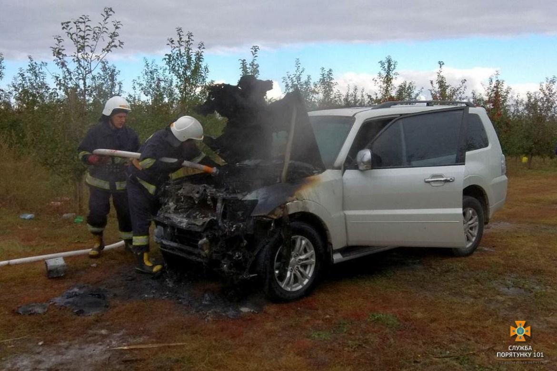 На Тернопільщині з невідомих причин згорів позашляховик (ФОТО)