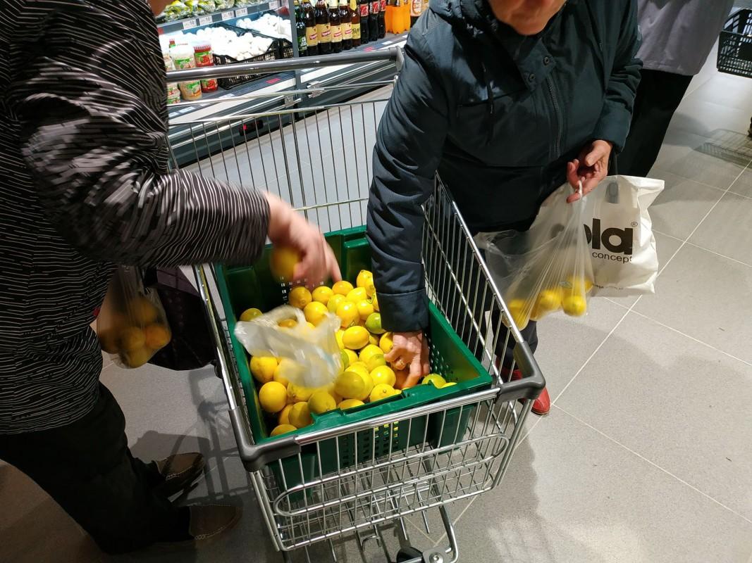 """У пошуках халяви: тернополяни """"окупували"""" новий супермаркет (ФОТО, ВІДЕО)"""