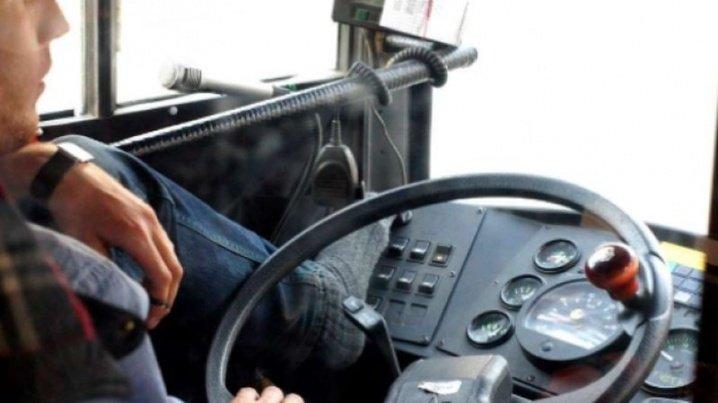 """""""Шофер дуже дивно поводиться"""": мешканка Тернопільщини підозрює, що водій привласнив її майно"""