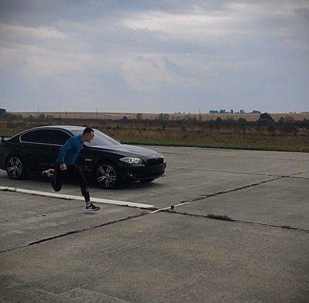 """У Тернополі провели незвичні перегони між спортсменом і автомобілем """"БМВ"""""""